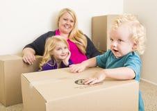 Jonge Familie in het Lege Zaal Spelen met het Bewegen van Dozen Royalty-vrije Stock Afbeelding