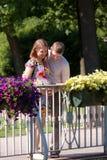 Jonge familie in het wachten op het kind royalty-vrije stock foto