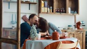 Jonge familie met dochter op de keuken stock video