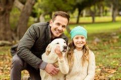 Jonge familie met een hond stock afbeeldingen
