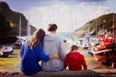Jonge familie met kleine jonge geitjes op een haven Royalty-vrije Stock Fotografie