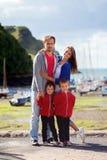 Jonge familie met kleine jonge geitjes op een haven in de middag Royalty-vrije Stock Foto's