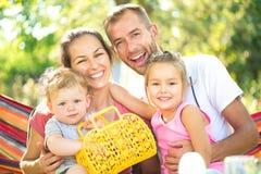 Jonge familie met kleine kinderen in openlucht Stock Foto's