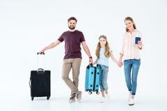 Jonge familie met paspoorten, kaartjes en reistassen stock foto