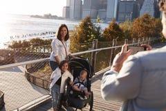 Jonge familie met twee dochters die een foto op voetgangersbrug nemen royalty-vrije stock foto's