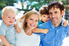 Jonge familie met twee jonge geitjes Stock Afbeeldingen