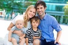 Jonge familie met twee jonge geitjes Stock Fotografie