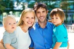 Jonge familie met twee jonge geitjes Stock Foto