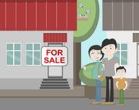 Jonge familie met voor verkoophuis Royalty-vrije Stock Foto