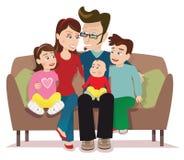 Jonge familie op bank in roze ruimte 3 Royalty-vrije Stock Afbeeldingen