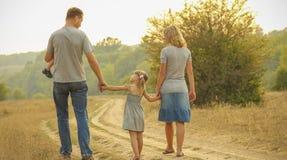 Jonge familie op de aard royalty-vrije stock afbeelding