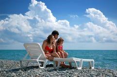 Jonge familie op het strand Stock Foto