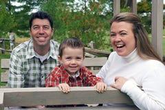 Jonge Familie op Schommeling Royalty-vrije Stock Afbeeldingen