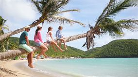 Jonge familie op strandvakantie op palmtree stock videobeelden