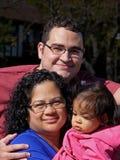 Jonge familie in openlucht stock afbeeldingen