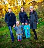 Jonge familie, ouders met kleine kinderen in het gouden park van de de herfststad royalty-vrije stock afbeeldingen