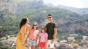 Jonge familie in Positano-dorp op de achtergrond, Amalfi Kust, Italië stock videobeelden