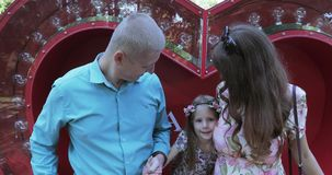 Jonge familie in rood hart stock footage
