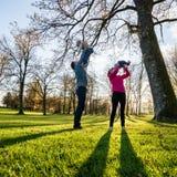 Jonge familie van vier die in een de herfstpark spelen stock foto's