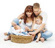 Jonge familie vier personen, glimlachende vadermoeder twee kinderen Royalty-vrije Stock Afbeeldingen