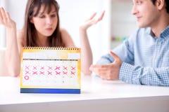 Jonge familie in zwangerschap planningsconcept met ovulatie calend royalty-vrije stock afbeelding
