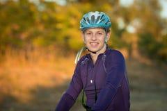 Jonge fietser in helm Royalty-vrije Stock Afbeelding