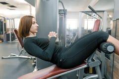 Jonge fitness vrouwen opleidende pers in sportgymnastiek Sport, fitness, het bodybuilding, opleiding, levensstijl en mensenconcep royalty-vrije stock afbeeldingen
