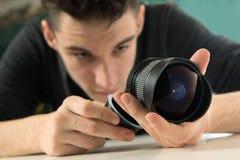 Jonge fotograaf die lens controleren Royalty-vrije Stock Fotografie