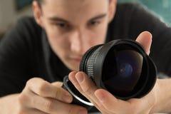 Jonge fotograaf die lens controleren Royalty-vrije Stock Foto