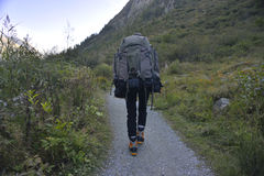 Jonge fotograaf op de bovenkant van berg Stock Fotografie