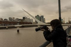 Jonge fotograaf in Puerto Madero royalty-vrije stock foto's
