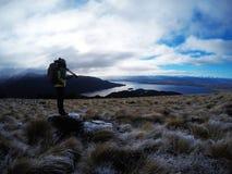 Jonge fotograafvrouw in aard, Nieuw Zeeland Royalty-vrije Stock Foto's