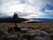 Jonge fotograafvrouw in aard, Nieuw Zeeland Royalty-vrije Stock Afbeelding