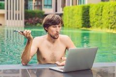 Jonge freelancer die aan vakantie naast het zwembad werken Royalty-vrije Stock Afbeelding