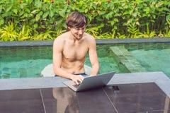 Jonge freelancer die aan vakantie naast het zwembad werken Royalty-vrije Stock Fotografie