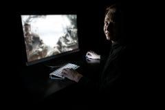 Jonge gamer in dark stock afbeeldingen