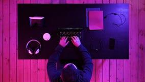 Jonge gamer die voor het spel op laptop voorbereidingen treffen royalty-vrije stock foto