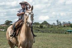 Jonge gaucho in Traditionele Fest van lasso en dressuur Stock Foto's