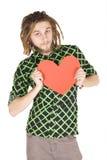 Jonge geïsoleerde dreadlockmens met rood document hart stock foto's