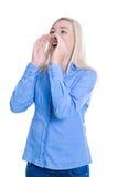 Jonge geïsoleerde vrouw in of blauw die verzendend een bericht roepen schreeuwen Stock Foto's