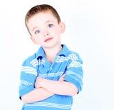 Jonge geïsoleerdee jongen met gekruiste wapens Royalty-vrije Stock Afbeeldingen