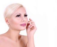 Jonge geïsoleerdeu vrouw met kristal verfraaide lippen Royalty-vrije Stock Foto's