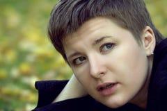 Jonge geamuseerde vrouw met een loodjeskapsel Royalty-vrije Stock Afbeeldingen