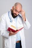 Jonge gebaarde arts met boek Royalty-vrije Stock Afbeeldingen
