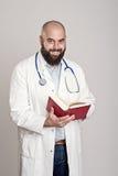 Jonge gebaarde arts met boek Royalty-vrije Stock Fotografie