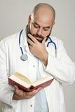Jonge gebaarde arts met boek Stock Foto