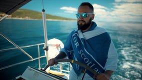 Jonge gebaarde mens die in overzees varen stock video