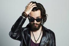 Jonge gebaarde mens in leer Hipster in zonnebril Royalty-vrije Stock Fotografie