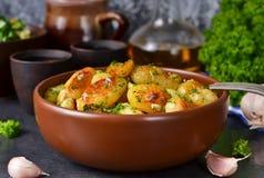 Jonge gebraden aardappels met knoflook en dille Royalty-vrije Stock Afbeelding
