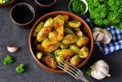 Jonge gebraden aardappels met knoflook en dille Stock Afbeelding